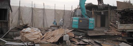 埼玉県松伏市50坪の家屋の木造解体工事です。カーポートや物置の撤去・庭の整地も含め、約2週間の工期でした